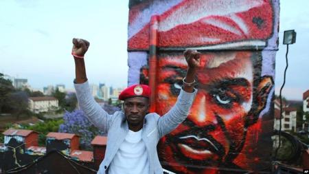 Ouganda : l'opposant Bobi Wine dénonce l'interdiction du béret rouge, son emblème
